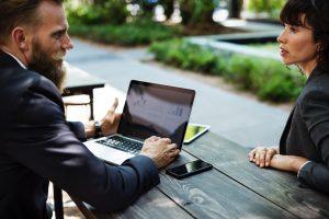 มารยาท การใช้ห้องประชุม ตั้งใจฟังในสิ่งที่ผู้พูดนำเสนอ